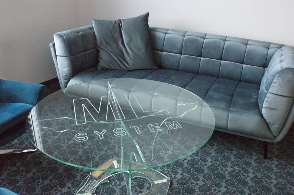 Ceramiczny stolik z grawerowanym logo ML System